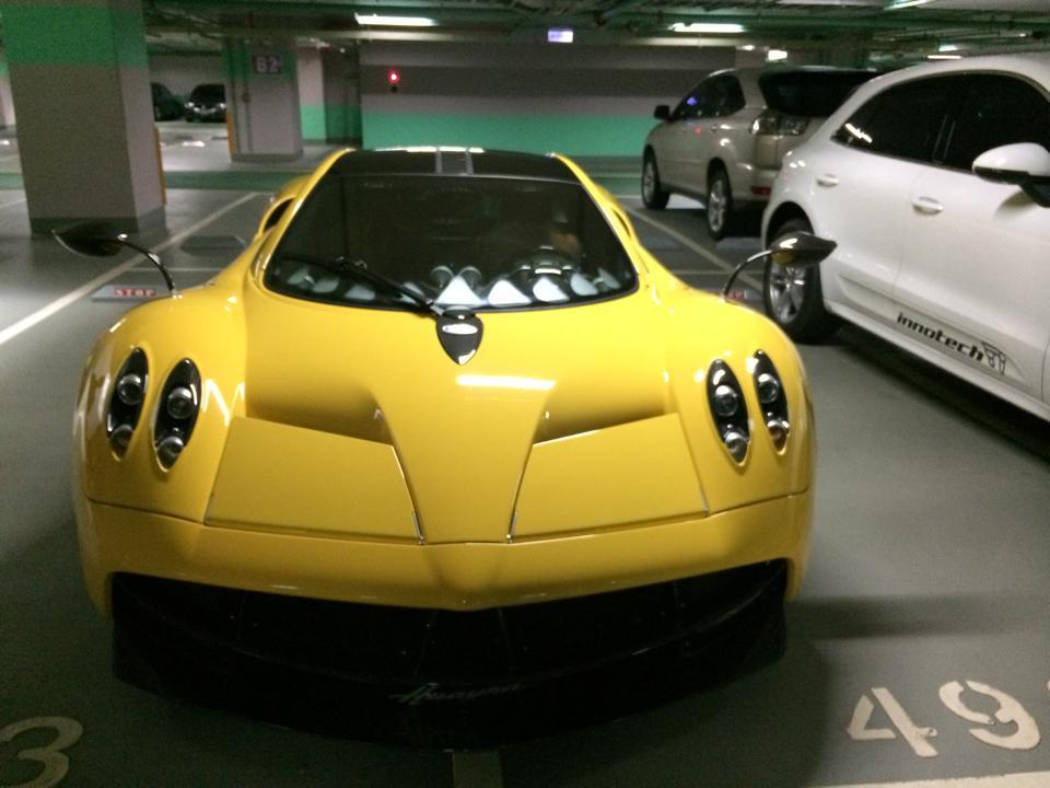 Pagani Huayra in yellow