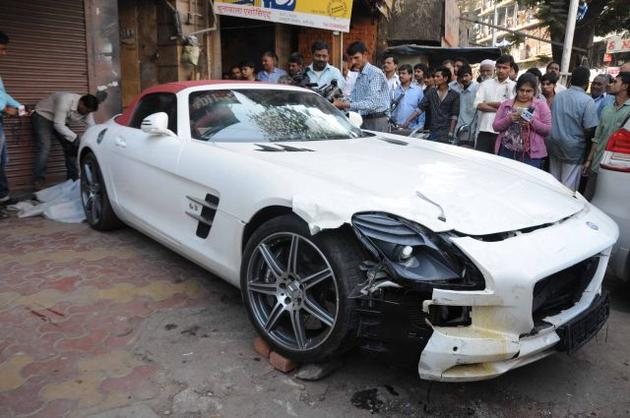 Mercedes-SLS-AMG-Roadster-crashed-in-Mumbai