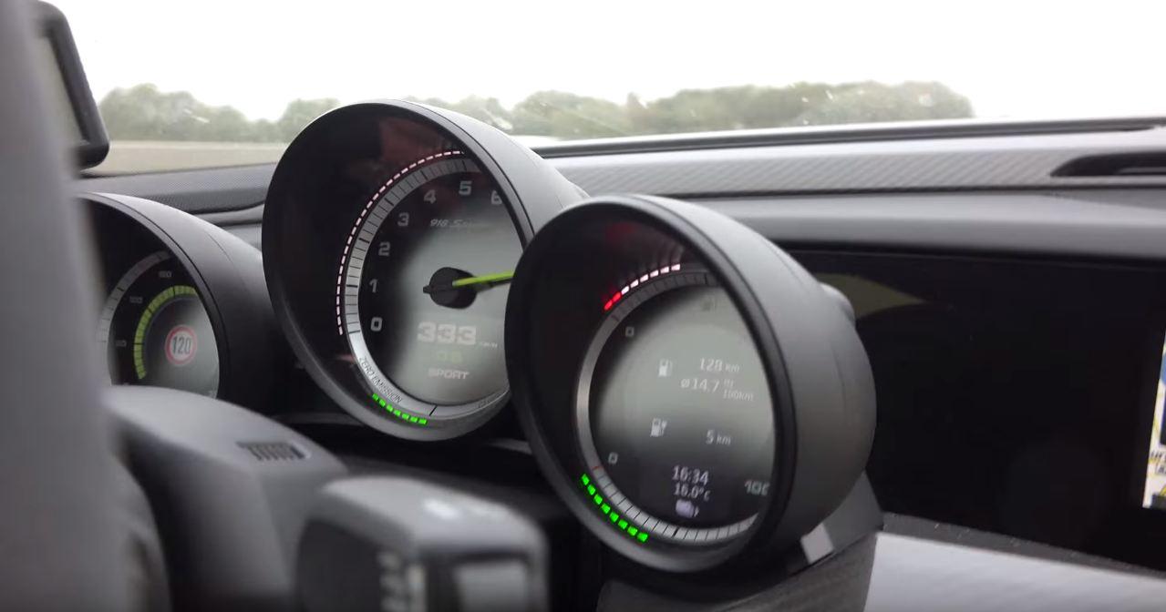 Porsche 918 Chases Down a Koenigsegg Agera R on Autobahn