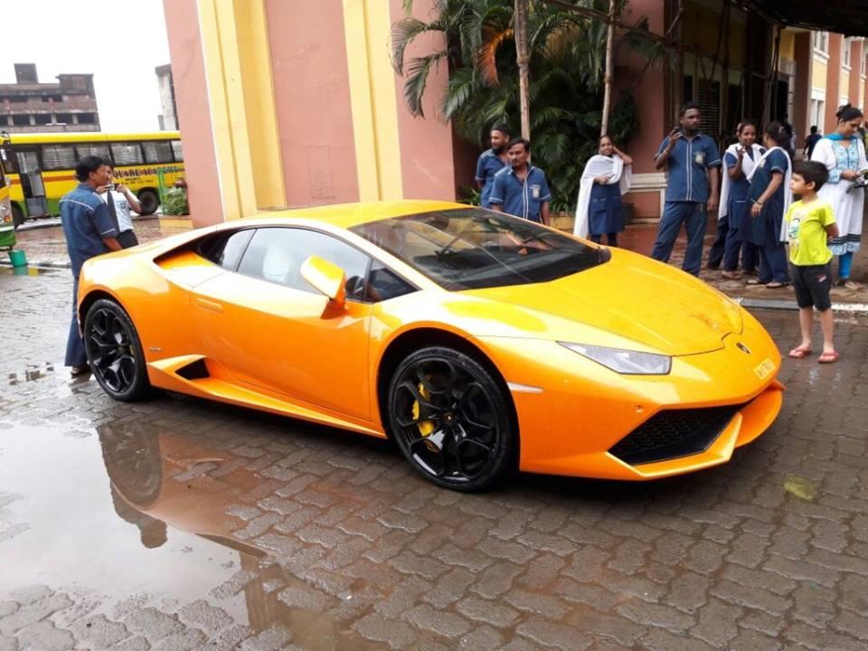 Lamborghini Huracan rams into autorickshaw in Mumbai