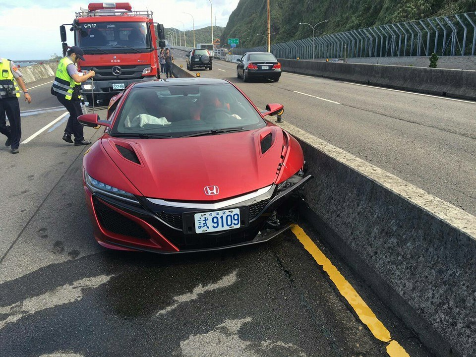 2017-acura-nsx-crashes-in-taiwan