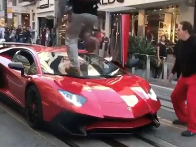 guy-jumps-over-Aventador-SV