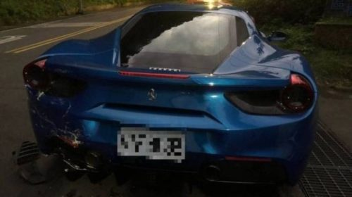 Deliveryman-crashes-into-Ferrari-s-in-Taiwan-04