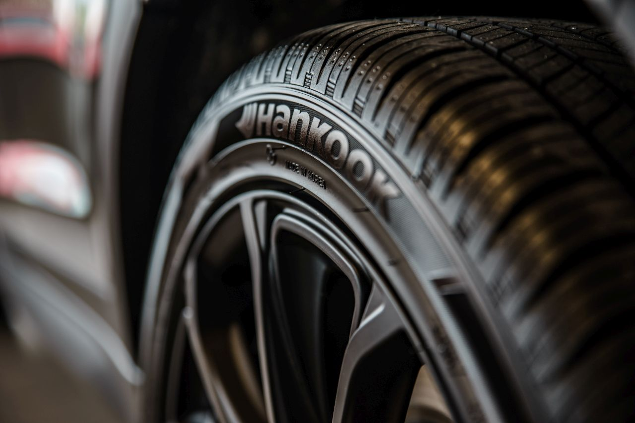close-up-photography-of-vehicle-wheel-and-hankook-tire